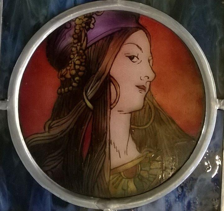 Závěsná skleněná vitráž Žena - motiv Alfons Mucha