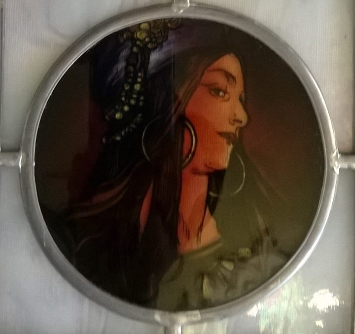 Závěsná skleněná vitráž Žena - motiv Alfons Mucha čirá